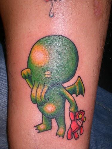 Tatuaggio colorato sulla gamba alieno-bimbo che piange