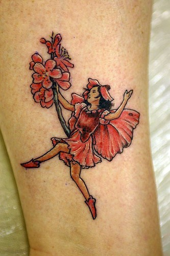 Bellissimo tatuaggio colorato sulla gamba la fata con il mazzo di fiori