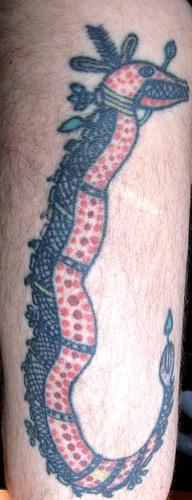 Curioso tatuaggio sulla gamba il serpente legato con la corda
