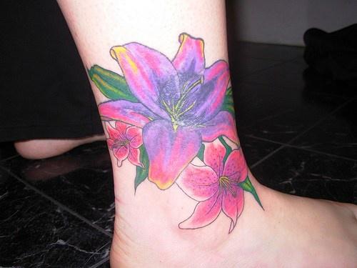 gigli viola sulla gamba tatuaggio