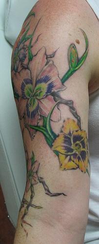 gigli colorati sul braccio tatuaggio