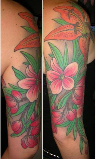 giglio ed edere colorati sul braccio tatuaggio