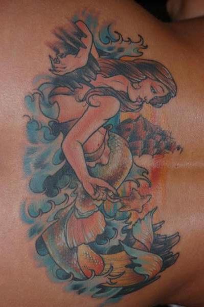 Pittoresco tatuaggio colorato sulla lombo la Sirena tra le onde