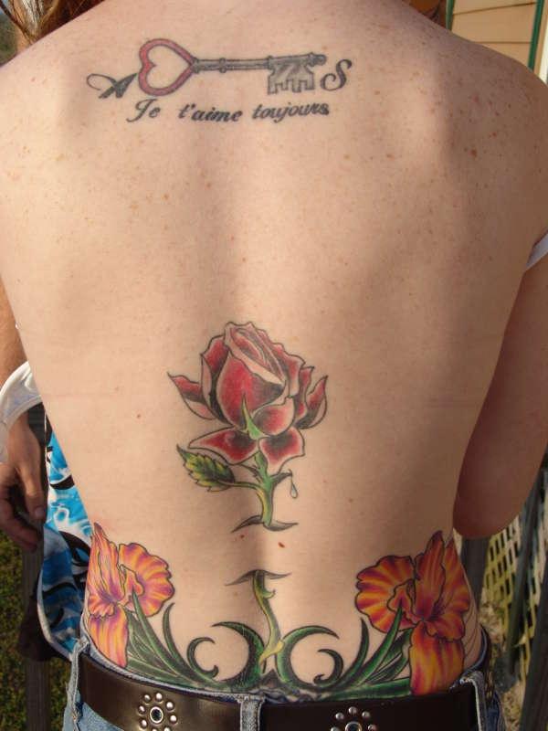 Tatuaggio sulla lombo grandi fiori colorati la rosa & le orchidee  ; tatuaggio sulla schiena la chiave