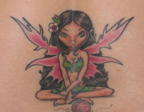 Tatuaggio colorato sulla lombo bellissima ragazza - angelo