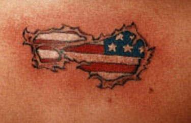 Bandiera americana sotto pelle stracciata tatuaggio