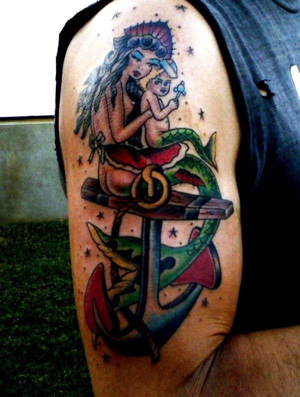 Tatuaggio classico sul deltoide la sirena con il bimbo sull&quotancra
