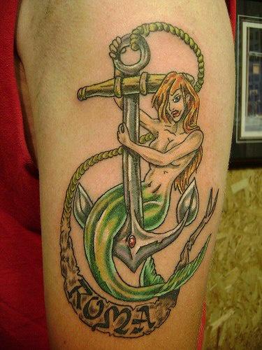 Tatuaggio bello sul deltoide la sirena sull&quotancora