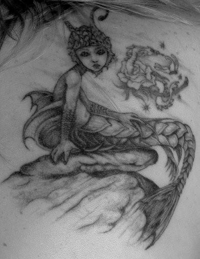 Tatuaggio  grande la sirena zombi con la coda in forma della treccia