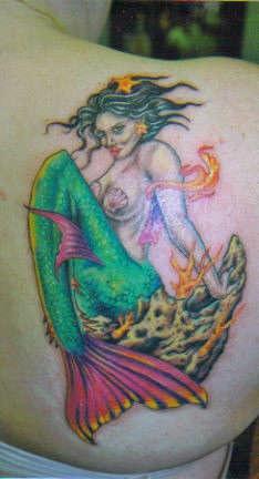 Tatuaggio colorato la sirena sexy con i capelli neri