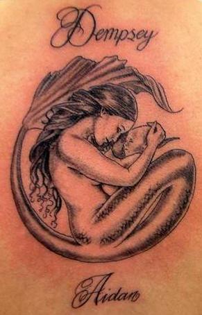Tatuaggio bellissimo la sirena con il neonato