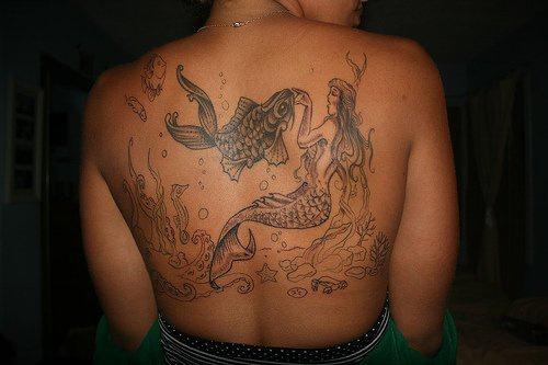 Tatuaggio enorme sulla schiena la sirena sul fondo del mare con il pesce