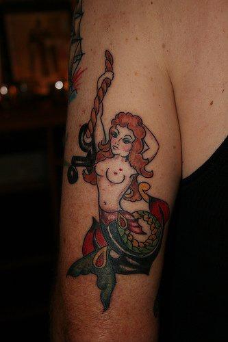 Tatuaggio colorato sul braccio la sirena sull&quotancora
