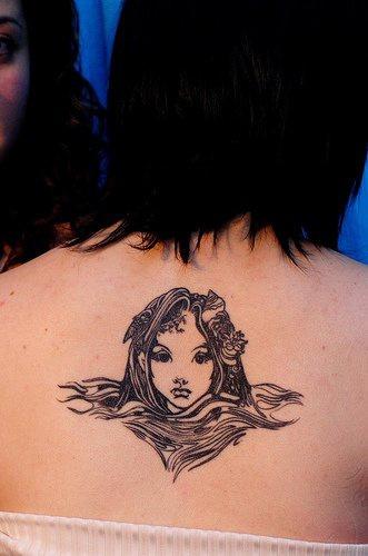 Tatuaggio delicato sulla schiena la testa della sirena