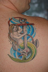 Tatuaggio colorato sulla spalla la sirena sull&quotancora