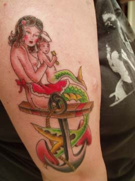 Tatuaggio colorato la sirena con il figlio sull&quotancora