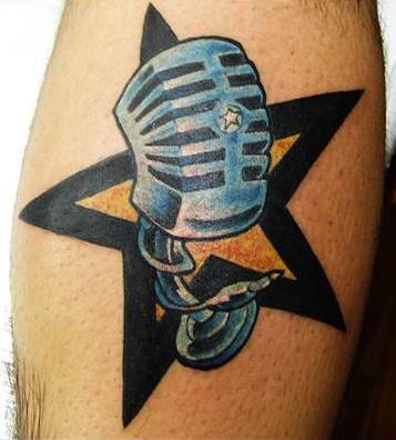 Tatuaje de micrófono con estrella al fondo