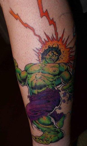 Hulk agressivo con fulmine tatuaggio
