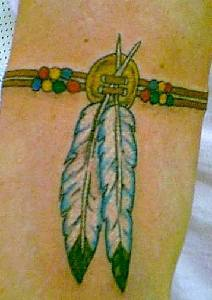 Tatuaggio colorato bracciale con piume