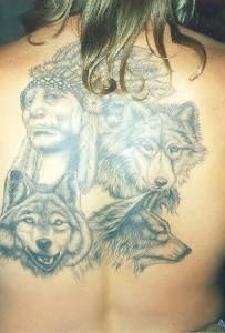 Capopopolo indiano tra stirpe di lupi tatuaggio sulla schiena