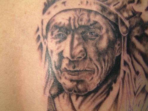 Vecchio capopopolo indiano tatuaggio monocromatico