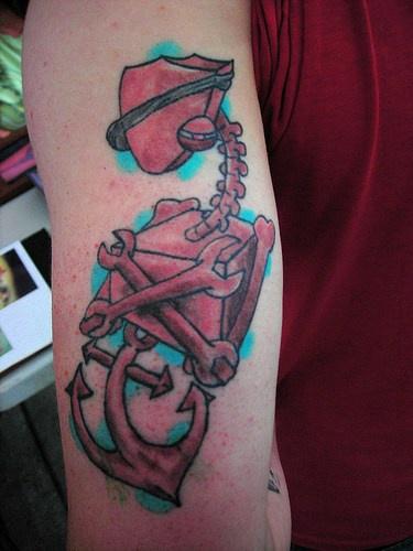 Robot pirata con ancora tatuato