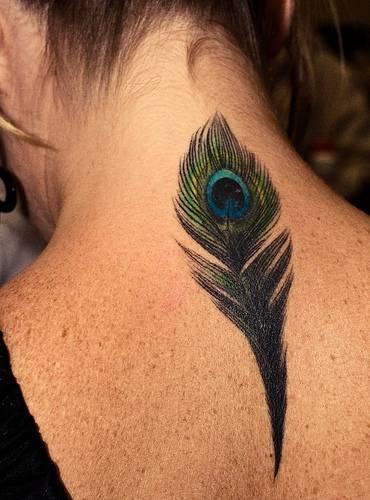 Piuma di pavone detagliata tatuaggio sul collo