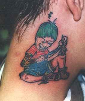 Ragazzo malizioso tatuaggio sul collo