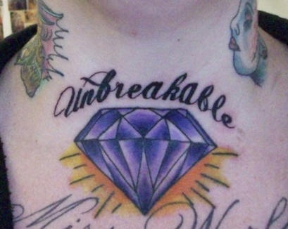 el tatuaje de un diamante grande de color azul con la palabra &quotinquebrable""