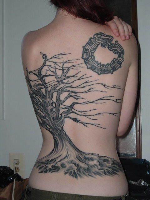 Tatuaggio grande sulla schiena l&quotalbero senza vita