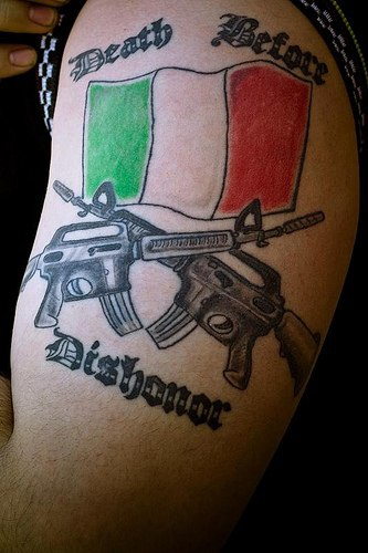 Bandiera italiana armata americana tatuaggio