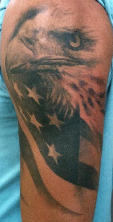 aquila sulla bandiera americana tatuaggio nero