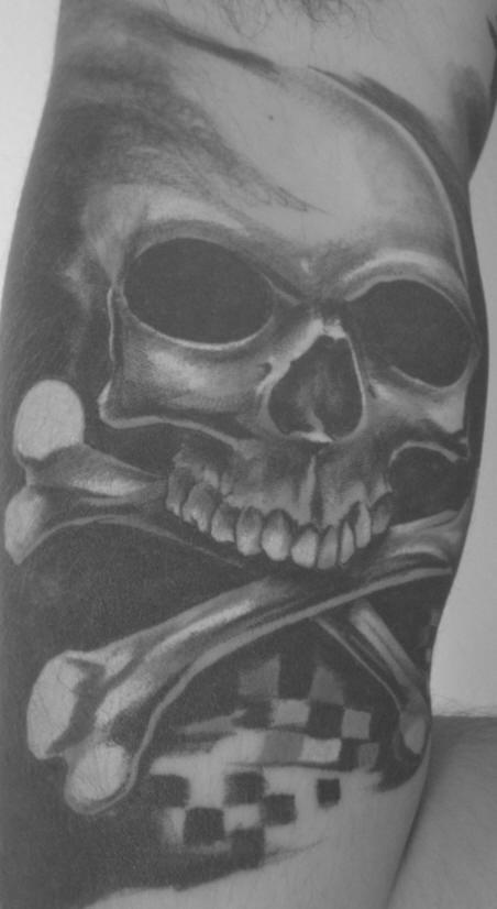 Cranio pirato realistico tatuaggio