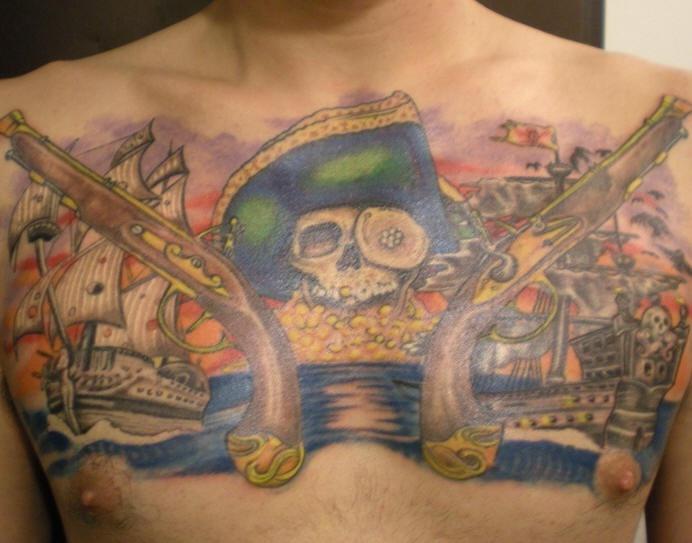 Cranio pirato con pistole e navi tatuaggio sul petto