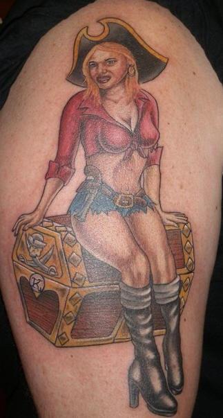 el tatuaje de la cicha pirata sentada en un baul con tesoro