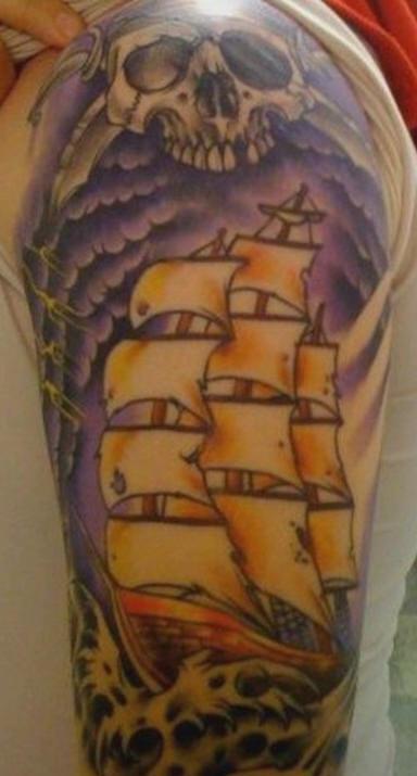 Cranio pirato e nave in bufera tatuaggio