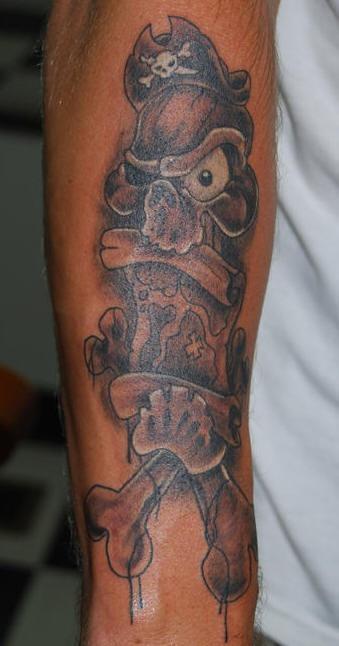Cranio pirato con tesori mappa tatuaggio