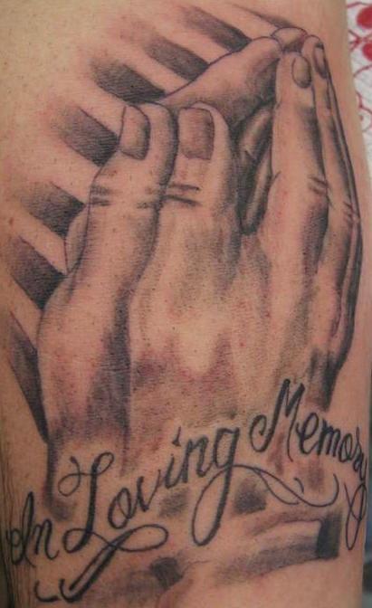 Mani pregando tatuaggio memoriale