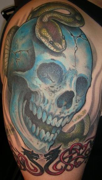 Tatuaggio grande sul deltoide il teschio azzurro & il serpente