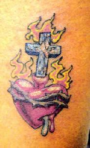 Cuore e croce in fiamma tatuaggio