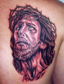 Gesu con corona di spine tatuaggio sulla spalla