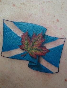 bandiera scozzese e foglia d&quotacero tatuaggio