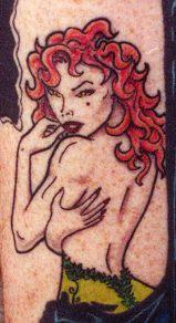 Donna sessuale con capelli rossi tatuaggio