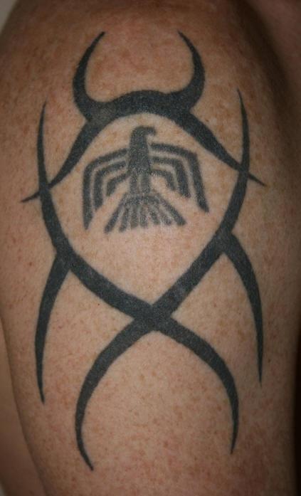 Tatuaggio non colorato sul deltoide il disegno in stile tribale & l&quotaquila