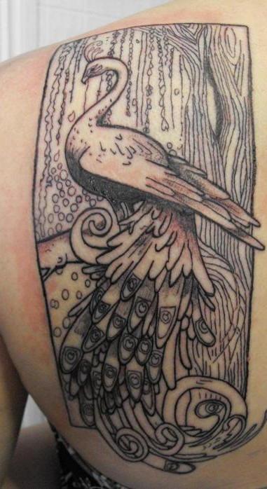 Tatuaggio grande non colorato sulla spalla  il pavone sul ramo