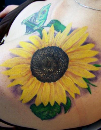 Tatuaggio colorato sul deltoide il girasole grande