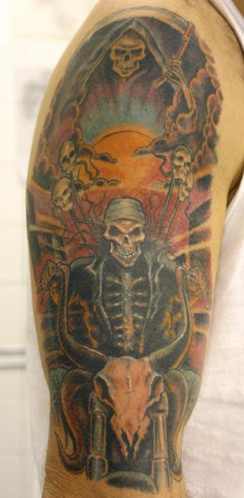 Tatuaggio grande colorato sul deltoide i teschi spaventosi