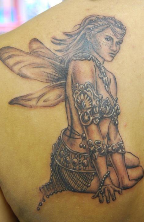 Tatuaggio grande sulla spalla bellissima ragazza con le ali