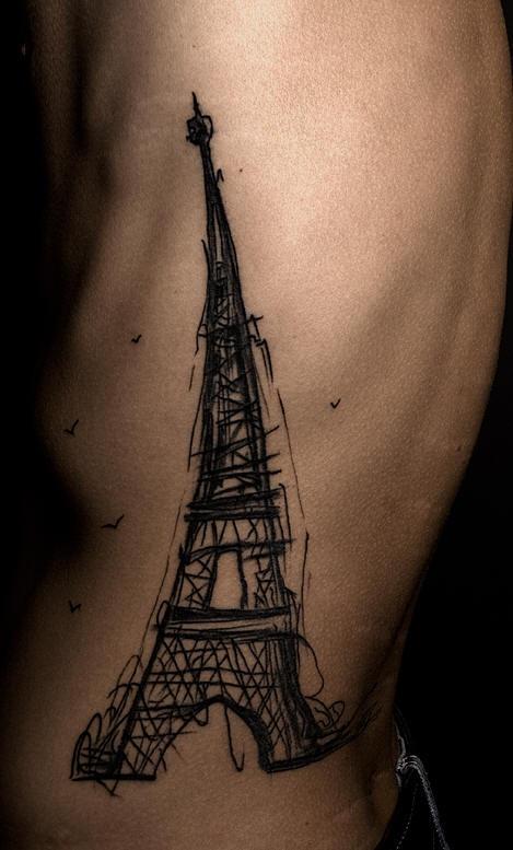 La torre Eiffel tatuata sul fianco