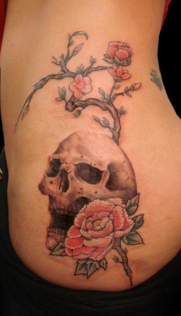 Tatuaggio grande impressionante sul fianco il teschio & il ramoscello di sakura